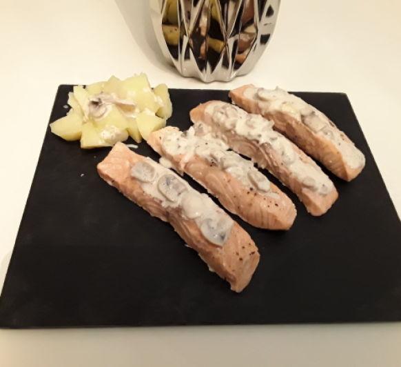 Salmón con patatas y salsa de champiñones